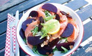 Mijn lunch: Een bieten-grapefruit salade met amandelen om een middag dip te voorkomen!